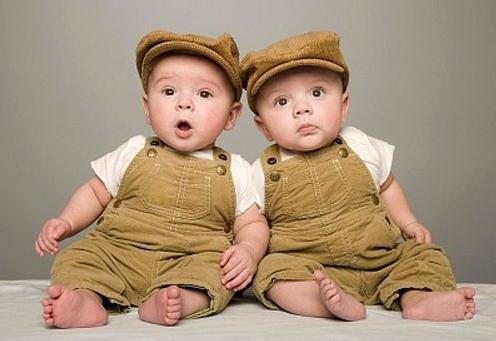 trẻ sinh đôi không cùng bố
